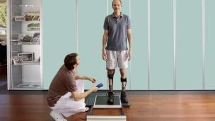 Your orthotist at the Ottobock Competence Centre checking the correct fit of your leg orthosis using a device called L.A.S.A.R. Posture
