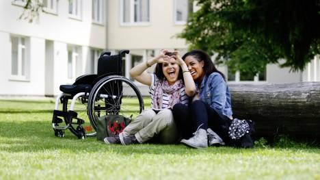 Kim Elena i jej przyjaciółka w kampusie, ze swoim Ventus.