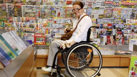 Marianne com a Ventus na banca de jornal.