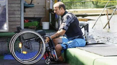 Kevin z wózkiem Ventus przy jeziorze