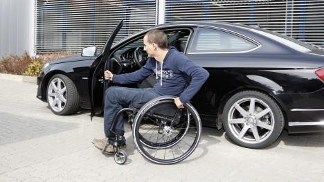 René ze swoim Ventus wsiadający do samochodu.