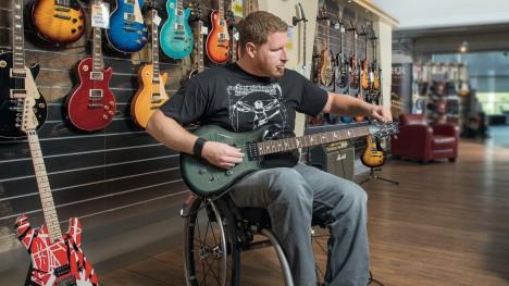 Thomas w swoim Voyager Evo ćwiczy na gitarze elektrycznej..