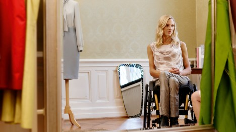 Nina przed lustrem w studio z Voyager Evo.