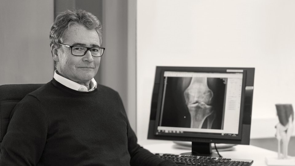 Dr. med. Hartmut Stinus, specialist for orthopedics and accident surgery in Northeim, Germany, explains the causes, diagnosis and treatment of osteoarthritis in the knee.