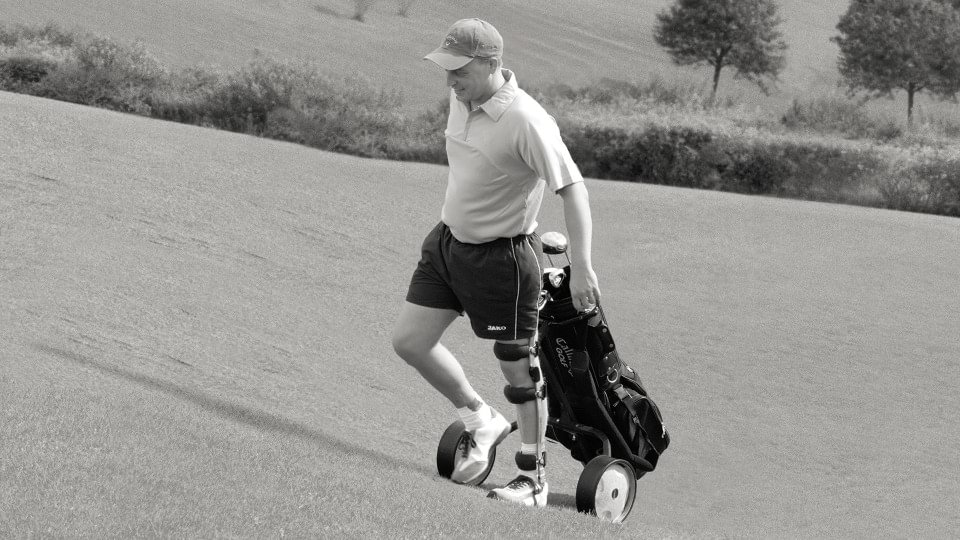 Axel with FreeWalk orthosis walking with golf bag