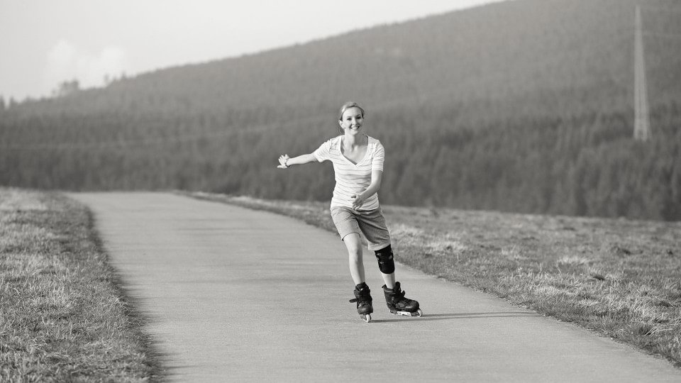 Woman with Patella Pro knee orthosis on rollerblades