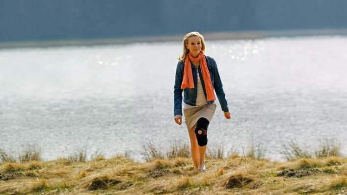 Woman going for a walk with the Patella Pro knee orthosis