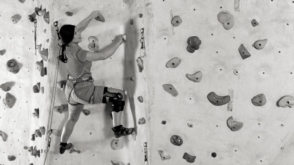 Woman climbing with the Xeleton knee orthosis