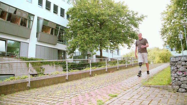 With his Empower prosthetic foot, Carsten goes down an incline step by step.