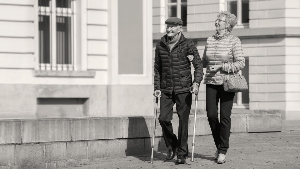3R62 Pheon prosthetic knee joint – Gérard and his wife take a walk