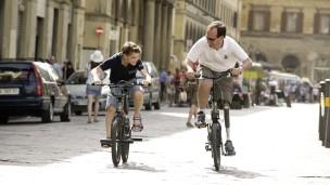 Massimo dando una vuelta con su bicicleta