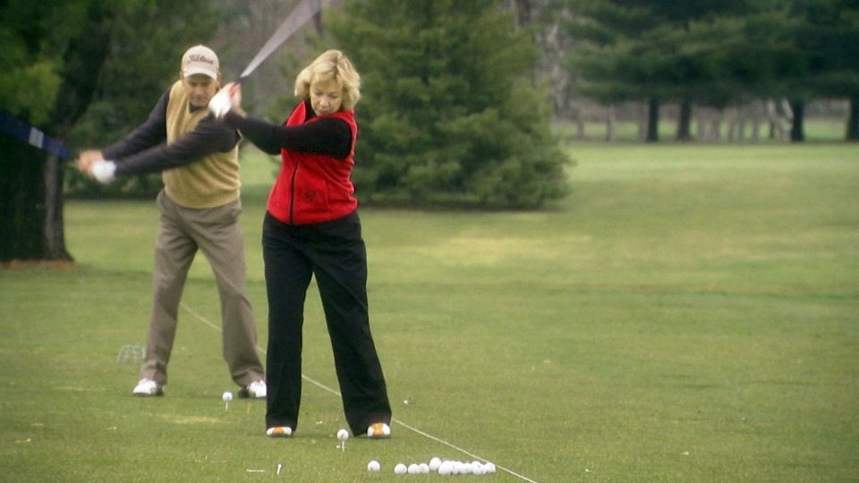 Ellen with C-Leg prosthesis playing golf.