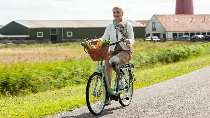 Genium user Jenny rides her bike. She previously selected a corresponding MyMode for this activity with her smartphone.