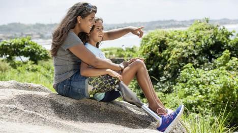 Genium kullanıcısı kızı ile birlikte bir tepede otururken