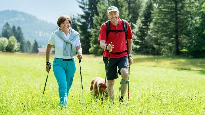 Christian Neureuther goes hiking despite osteoarthritis of the knee – with the Agilium Freestep brace on his leg.