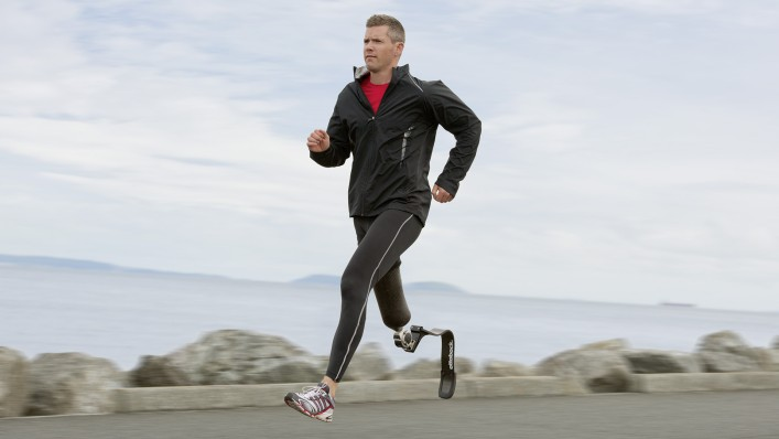 Perfect energy return thanks to the custom stiffness of the 1E90 Sprinter allows John to conserve energy while running.