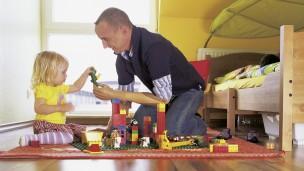 Karl-Heinz, usuario de DynamicArm, jugando con su hija.