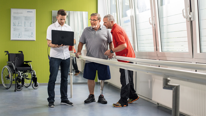 User, physiotherapist and technician together during treatment.