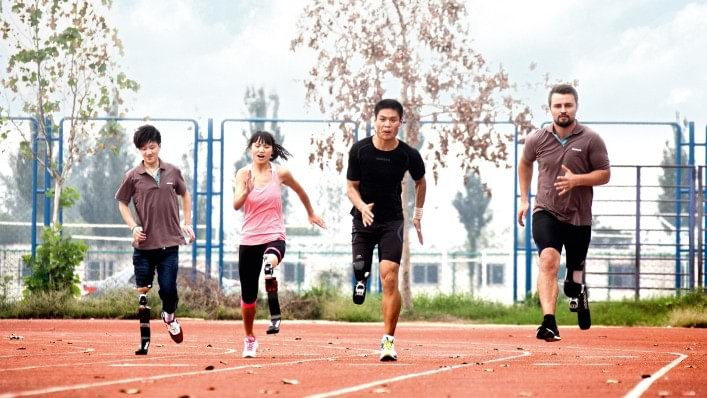 Heinrich Popow trains participants of the Running Clinics.