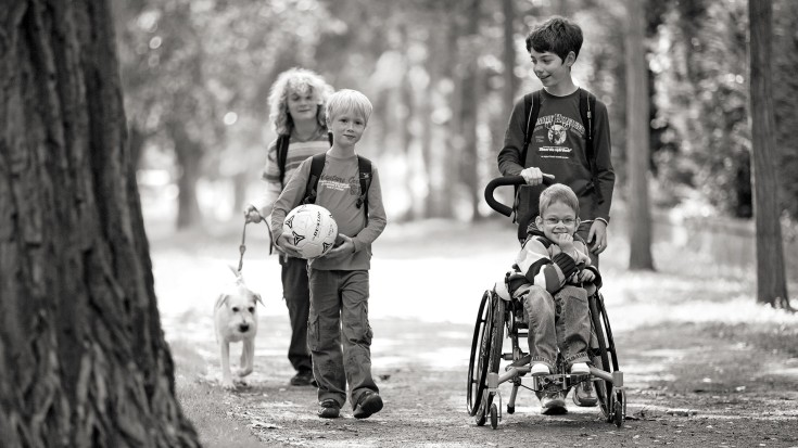 Child with Ottobock's BRAVOracer along the way with friends.