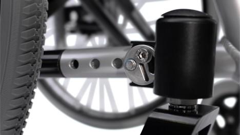 Bir Motus tekerlekli sandalyenin kolay ayarlanabilen tekerlek yuvası hizalaması