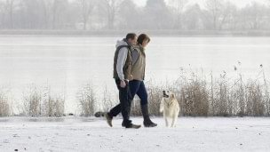 Jürgen met WalkOn wandelt in de sneeuw