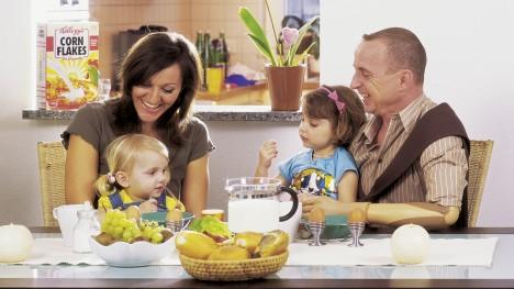 DynamicArm kullanıcısı Karl-Heinz, ailesiyle birlikte kahvaltı yapıyor.