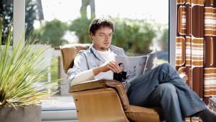 Markus lee el periódico. Su guante protésico tiene un aspecto tan natural que hace que su prótesis pase desapercibida.