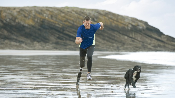 John running on the beach with the sport prosthesis system