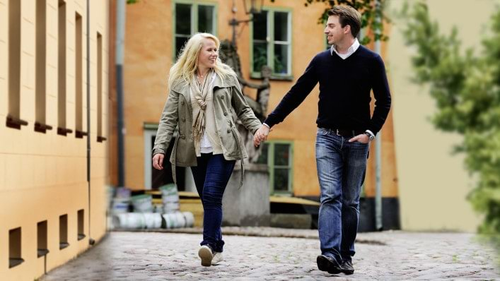 Caroline with Harmony prosthesis going hand-in-hand with her boyfriend through the city.