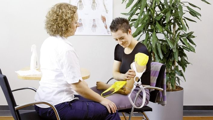 Therapist explains how to put on the prosthesis by yourself.